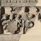 """Wappenstein aus der Fassade des ehemaligen """"Haus zum Rosenbaum"""" in Erfurt"""