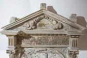 Kaufmannskirche Erfurt, Epitaph Sigismund von der Sachsen, Detail, Dreiecksgiebel mit Schriftfeld, Zwischenzustand mit Formergänzungen