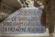Kaufmannskirche Erfurt, Epitaph Sigismund von der Sachsen, Detail Schriftfeld, Zwischenzustand, Wiederherstellung des blauen Farbtones. Durch die zunehmende Verdichtung verschiedenfarbiger Punkte entsteht eine flimmernde hellblaue Oberflächenwirkung.