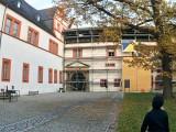 Der Westflügel des Schlosses mit dem bereits eingerüsteten Portal.