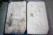 Epitaph des Vorstehers vom Heilig-Geist-Stift in Eisleben – links das Original (noch feucht) rechts die Kopie
