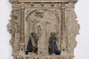 Detail Hauptrelief vor der Konservierung und Restaurierung. Der Gesamteindruck des Epitaphs war von einer kontrastarmen und undifferenzierten, wie von einem grauen Schleier verhangenen, Farbigkeit dominiert. Die Bleiweißfassung war vollständig verschwärzt