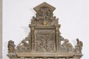 Detail des Giebels mit Trinität und Auferstehungsrelief. Die Farbfassung ist in den oberen Partien sehr gut erhalten, jedoch ist das Bleipigment verschwärzt. Zustand vor der Konservierung und Restaurierung. (Foto: Falko Behr)