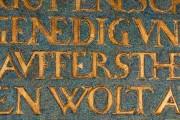 Kaufmannskirche Erfurt, Epitaph für Hans Ziegler - Detail des Schriftfeldes mit Punktretuschen zur Wiederherstellung der blauen Farbigkeit. (Foto: Candy Welz)