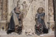 Kaufmannskirche Erfurt, Epitaph für Hans Ziegler - Detail der vollplastisch ausgearbeiteten Stifterfiguren mit Wappen vor der Konservierung und Restaurierung.