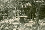 Steintisch im Garten des Melanchthon-Hauses in Wittenberg (historische Aufnahme, Herkunft unbekannt)