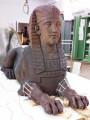 """Plastik — """"Sphingen"""" (nördl. Sphinx während der Klebung der rekonstruierten """"Vorderpfoten"""")"""