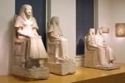 Skulptur – Grabstatue des Maya in der Ausstellung (links im Bild)