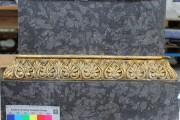 Sockel der Wielandbüste im Stadtschloß — Vorzustand, vergoldete Stuckleiste
