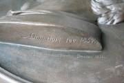 """Grabstein für Martin Tonndorf — Endzustand, Detail Signatur """"AD [ligiert] Donndorf fec. 1854."""""""