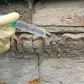 Festigung einer verwitterten Sandsteinoberfläche mittels Kieselsäureethylester (KSE)
