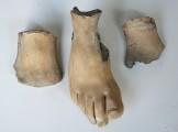 """Plastik — """"Knöchelspielerin"""" Detail Fuß nach der Abnahme und Entfernung des Klebematerials"""