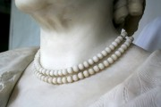 """Skulptur — """"Großherzogin Sophie"""", einzelne Perlen auf einer Schnur aufgefädelt (Vorzustand)"""