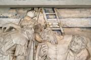"""Epitaph des Heinrich von Bünau – Relief """"Kreuzabnahme"""" Detail, Zwischenzustand während der Farbfassungsfestigung"""