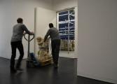 Rico Haferburg (links) und Ilja Streit beim Transport einer Skulptur in das neue Depot